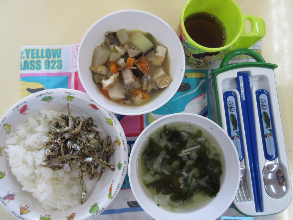 本日の給食(筑前煮・ごまいりこ・春雨の味噌汁・ごはん)